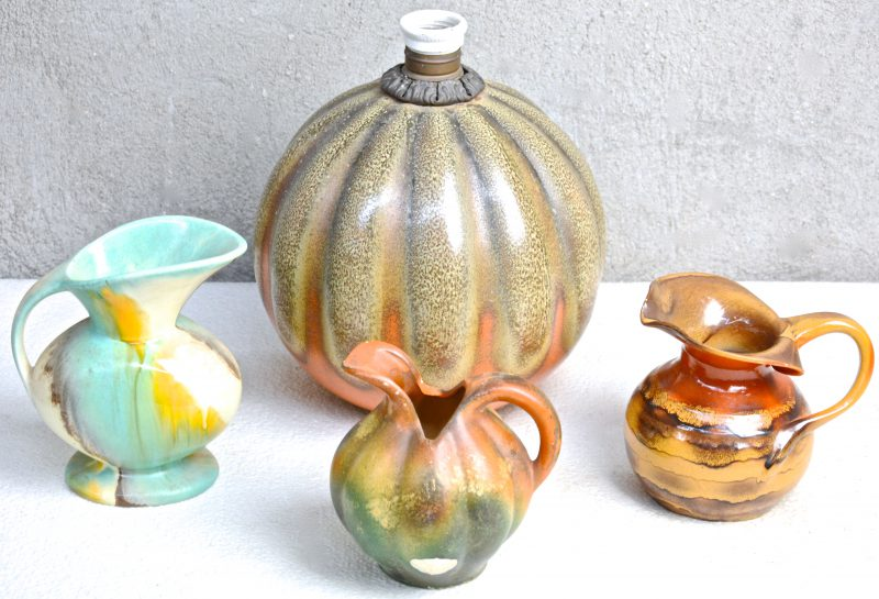 Een lot meerkleurig geglazuurd aardewerk, bestaande uit een lampvoet van Plazuid, een kannetje van Iris, een ongemerkt kannetje en een Bergens kannetje.