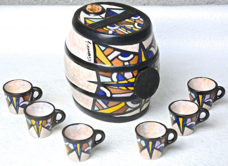 Een aardewerken jenevervaatje met zes borreltjes, versierd met meerkleurige decors van A. Dubois. Gemerkt. Zonder staander of kraantje.