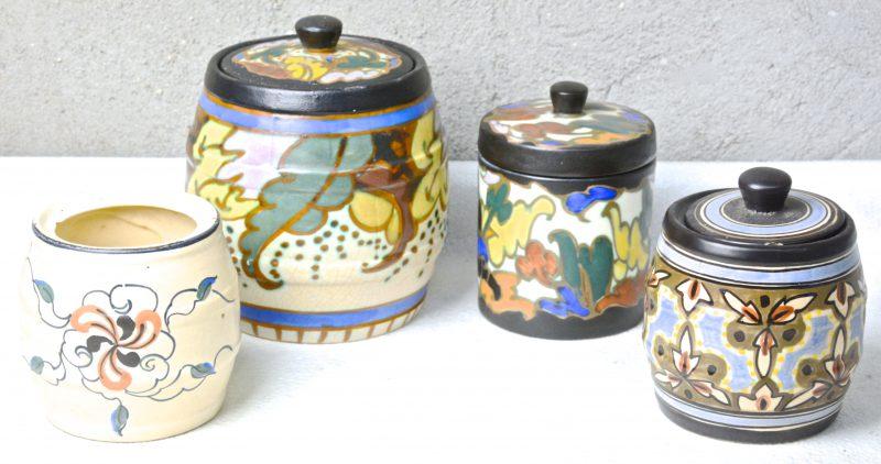 Twee tonvormige en een cilindervormige tabakspot van meerkleurig aardewerk in de stijl van Gouda. We voegen er een pot zonder deksel aan toe. Onderaan gemerkt.