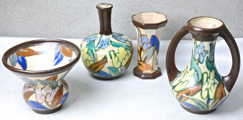 Een hoornvaas, een kwispedoor, een buikvaas (randschilfer) en een oorvaas van meerkleurig aardewerk in de stijl van Gouda. Onderaan gemerkt.