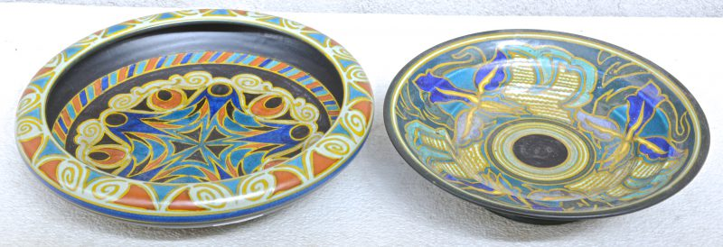 Twee schotels van meerkleurig plateel met decors 'Gaby' & 'Gedé'. Onderaan gemerkt.