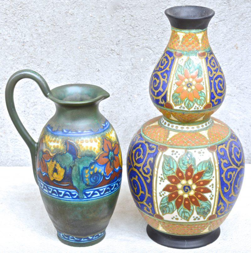 Een vaas en een schenkkan van meerkleurig plateel met resp. decors 'Daisy' & 'Zomer'. Onderaan gemerkt.
