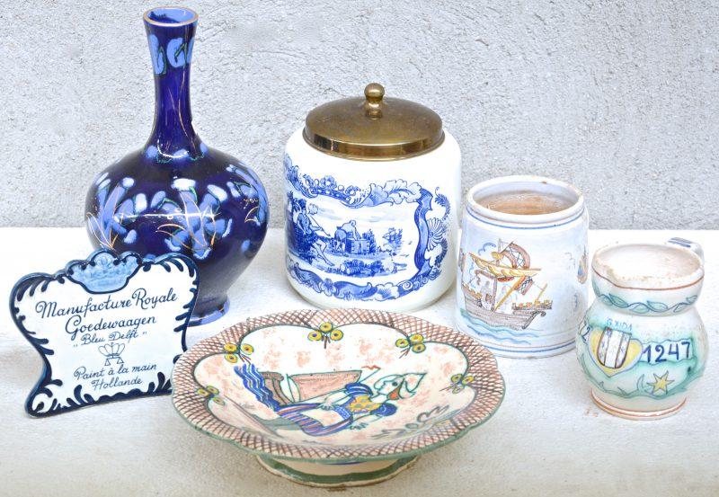 Een gevarieerd lot aardewerk, bestaande uit een buikvaas, een bierpul, een kannetje, een schotel op voet, een tabakspot en een reclamestaandertje. Allen gemerkt