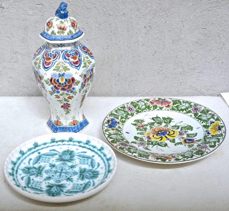 Een lot Delfts aardewerk, bestaande uit een dekselvaas van De Pauw en twee borden van de Porceleyne Fles. Gemerkt.