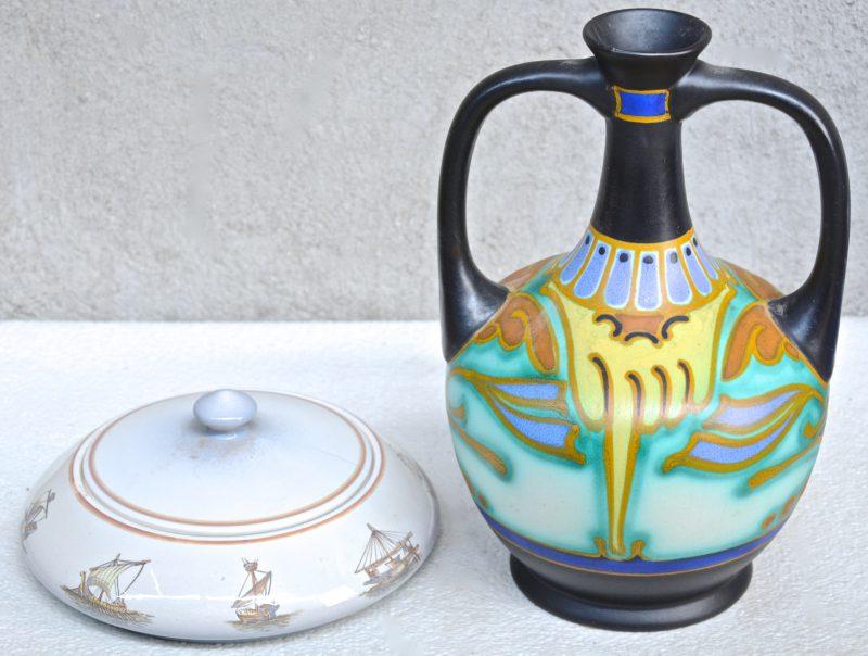 Een aardewerken dekseldoos met een meerkleurig decor van schepen door de eeuwen heen en een kruik met meerkleurig Gouda-decor 'Corbel'. Beide gemerkt onderaan.