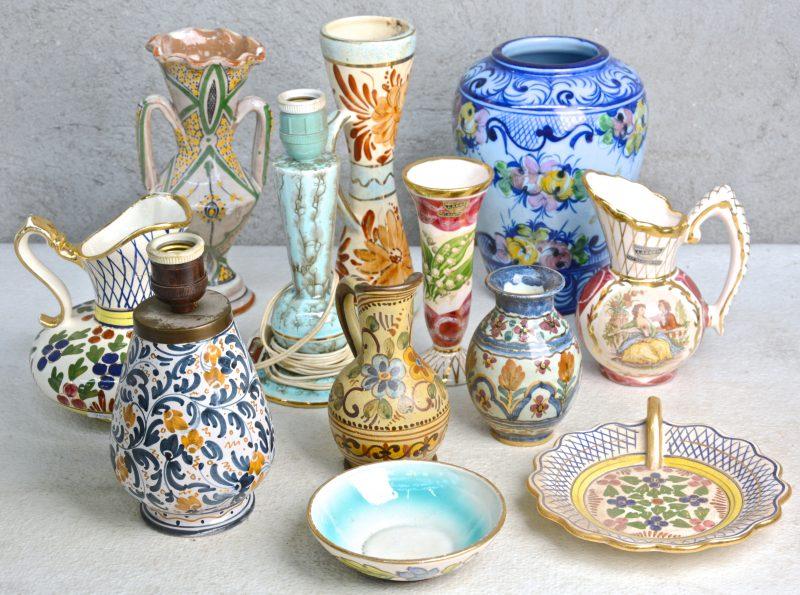 Een groot en gevarieerd lot Belgisch, Frans en Portugees aardewerk, bestaande uit vazen, kannen, enz.