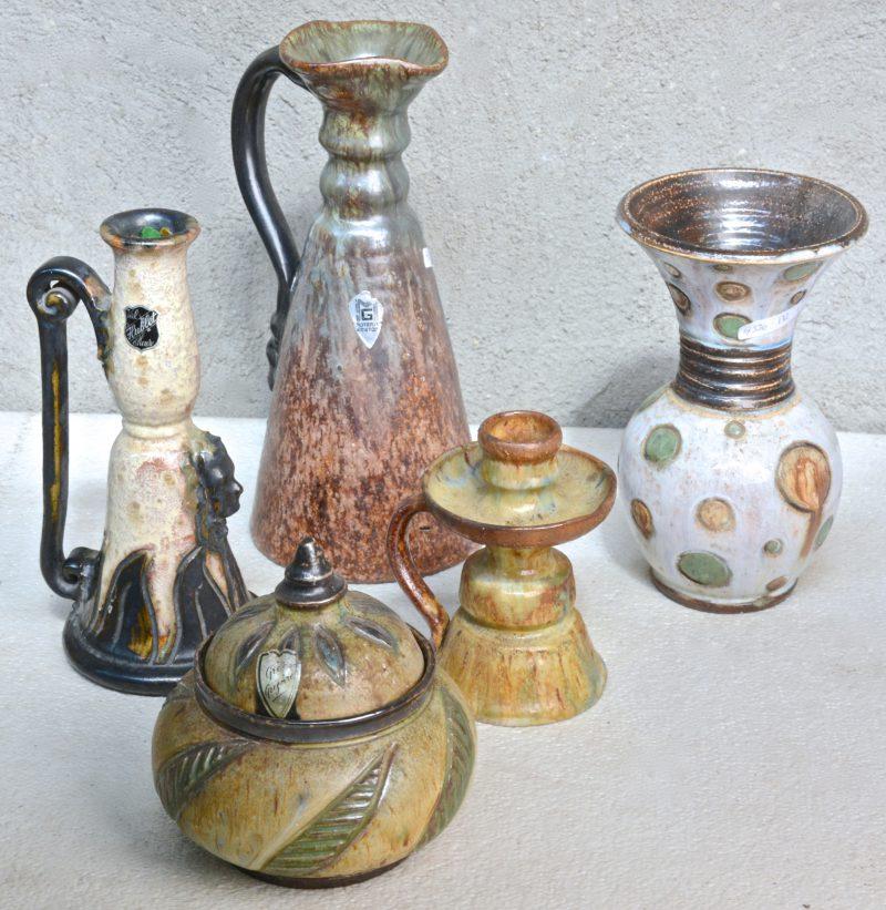 Twee sierkruiken, een tabakspot, een vaas en een kandelaar van meerkleurig geglazuurd Belgisch aardewerk. Diverse merken.