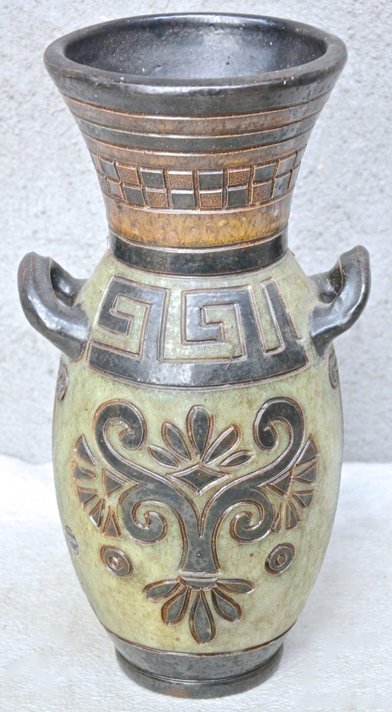 Een art deco vaas van meerkleurig geglazuurd steengoed met een gestileerde afbeelding van Hermes in het decor. Onderaan gemerkt.