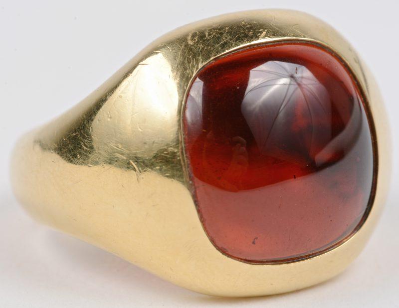 Een 18 karaats geel gouden ring bezet met een granaat ± 8 ct.