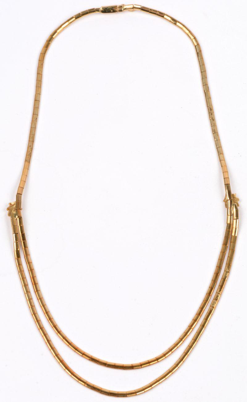 Een 18 karaats geel gouden halsssnoer bezet met twee eikenblaadjes.