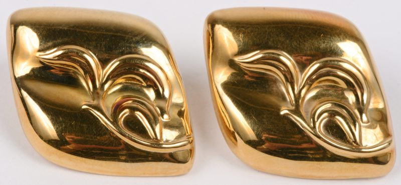 Een paar 18 karaats geel gouden oorbellen.