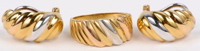 Een 18 karaats wit en geel gouden ring met bijpassende oorbellen.