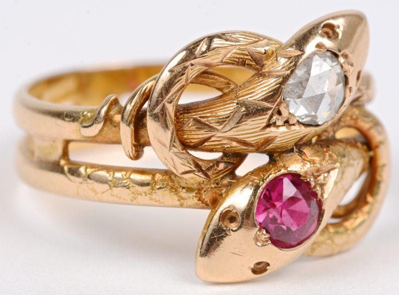 Een 18 karaats geel gouden slangvormige ring bezet met een diamant oude slijp en een robijn met een gezamenlijk gewicht van ± 0,50 ct.