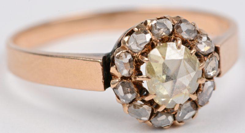 Een 18 karaats geel gouden ring bezet met een diamant oude slijp met een gezamenlijk gewicht van ± 0,50 ct.