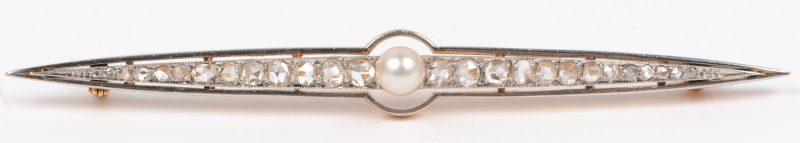 Een 18 karaats wit en geel gouden speld bezet met een parel en diamanten oude slijp met een gezamenlijk gewicht van ± 0,70 ct.