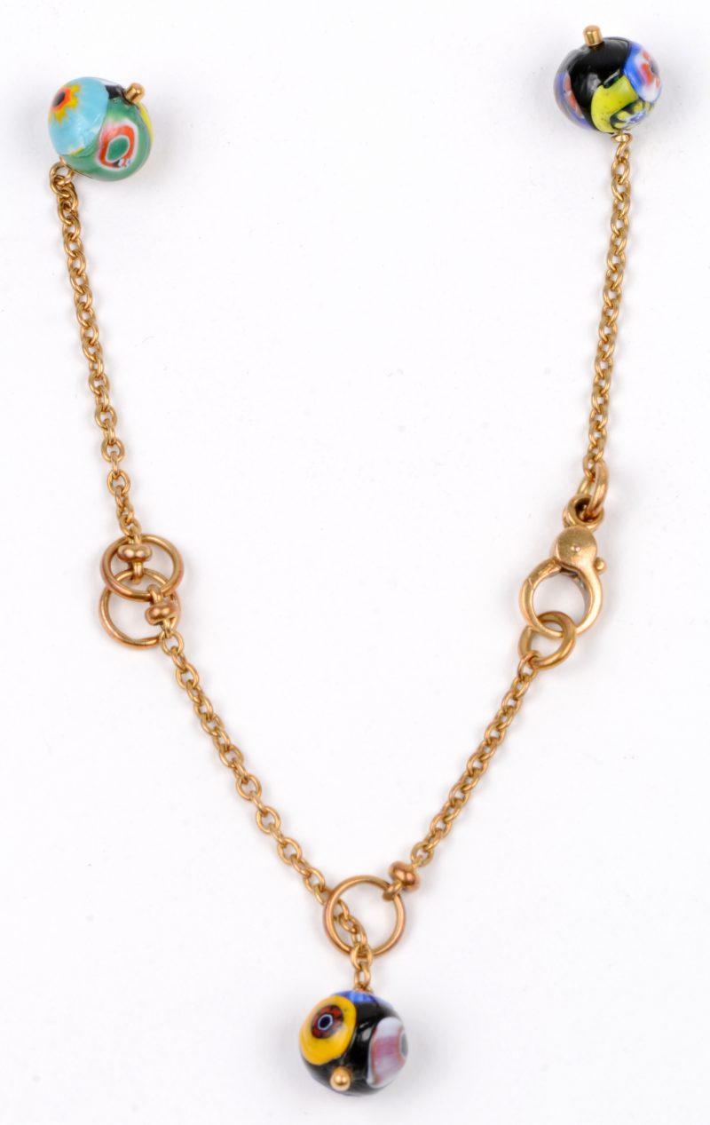 Een 18 karaatsgeel gouden armband bezet met kleurrijke bolletjes. (herstelling ketting).