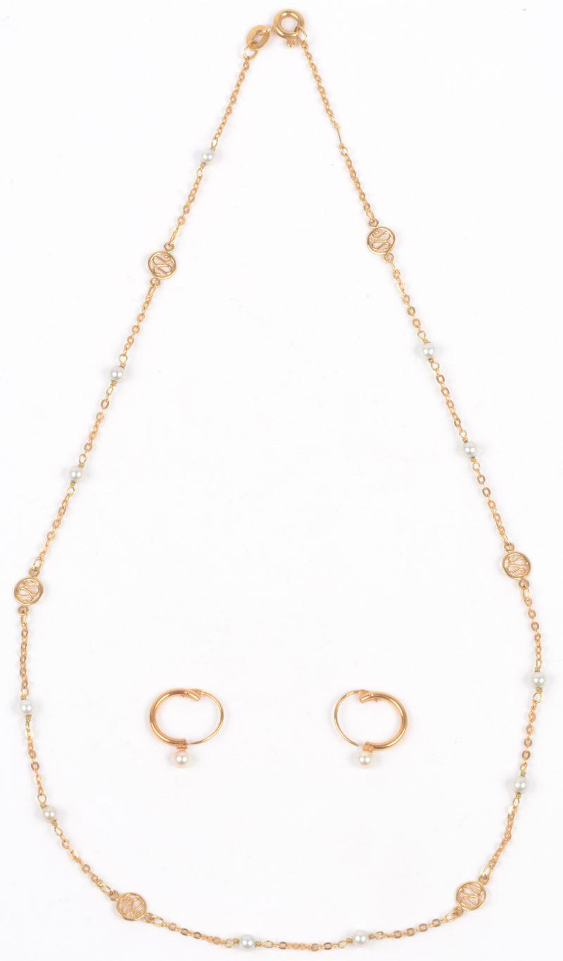 Een kleine halssnoer met bijpassende oorbellen bezet met parels en 18 karaats geel gouden tussenstukken.