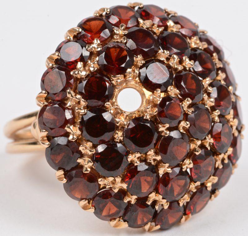 Een 18 karaats geel gouden ring bezet met granaat met een gezamenlijk gewicht van ± 3,60 ct. (één steentje ontbreekt).