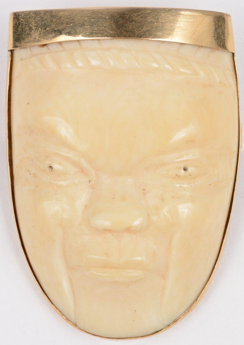 Een broche van 18 karaats geel goud met een gesculpteerd ivoren gezicht.