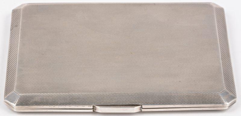 Een art decor sigarettendoos van zilver. Engels Londen keuren. Datumletter C. 1938. P&B LD.