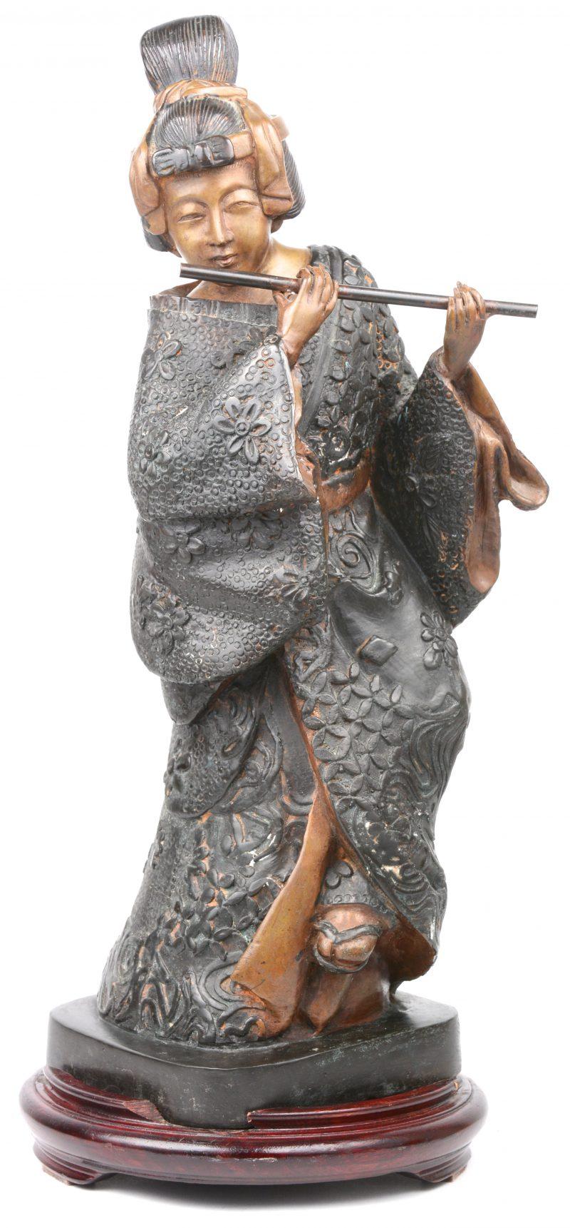 """""""Fluitspelende geisha"""". Een Japans bronzen beeld. Op houten sokkel."""
