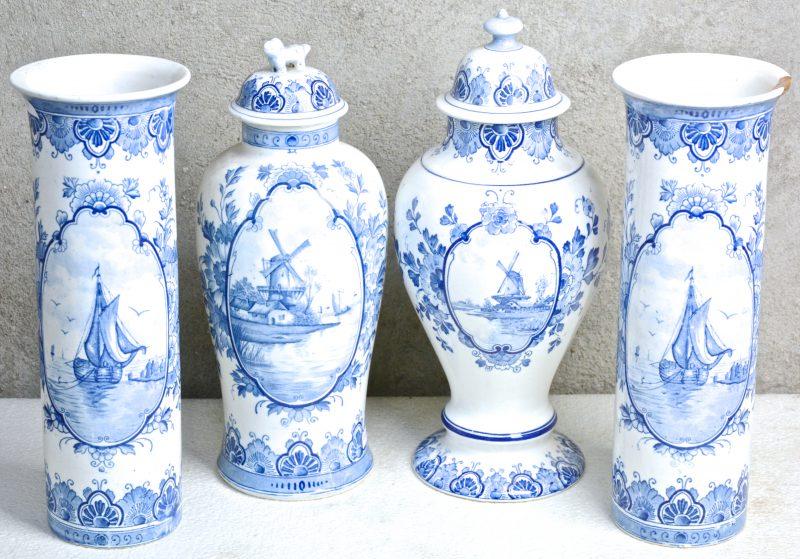 Een vierdelig kaststel van blauw en wit aardewerk met Delftse decors. Eén vaas gerestaureerd en een dekselvaas met haarscheur.