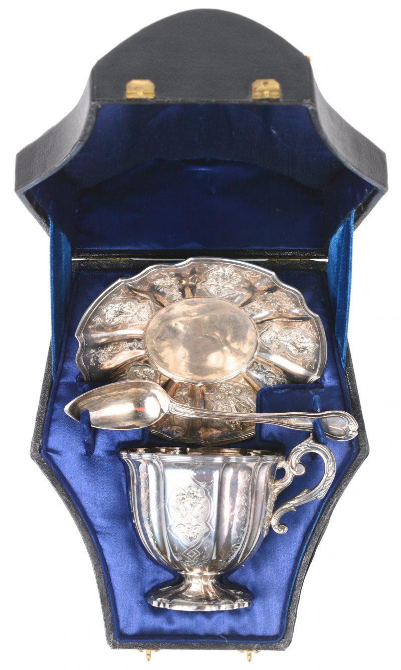Een driedelige doopset van 950‰ zilver. Franse keuren. 1933.