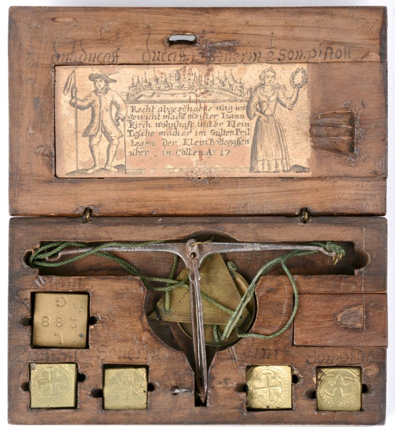 Een Duits goudweegschaaltje in gesculpteerd houten kistje. Drie gewichtjes manco. XVIIIe eeuw.