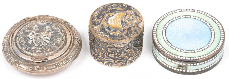 Drie kleine tabaksdoosjes, waarbij één van verzilverd metaal, één Duits van 800‰ zilver en één van 900‰ zilver met email.
