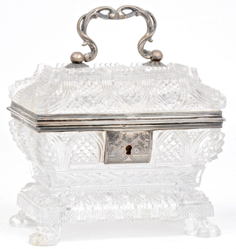 Een glazen kistje met zilveren monturen. Vermoedelijk Italiaans.