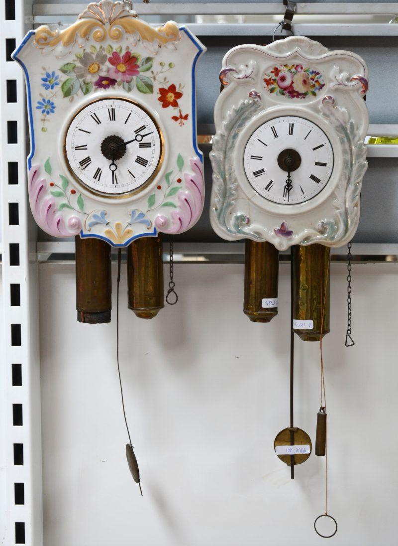 Twee wandklokjes met handbeschilderde porseleinen wijzerplaat.