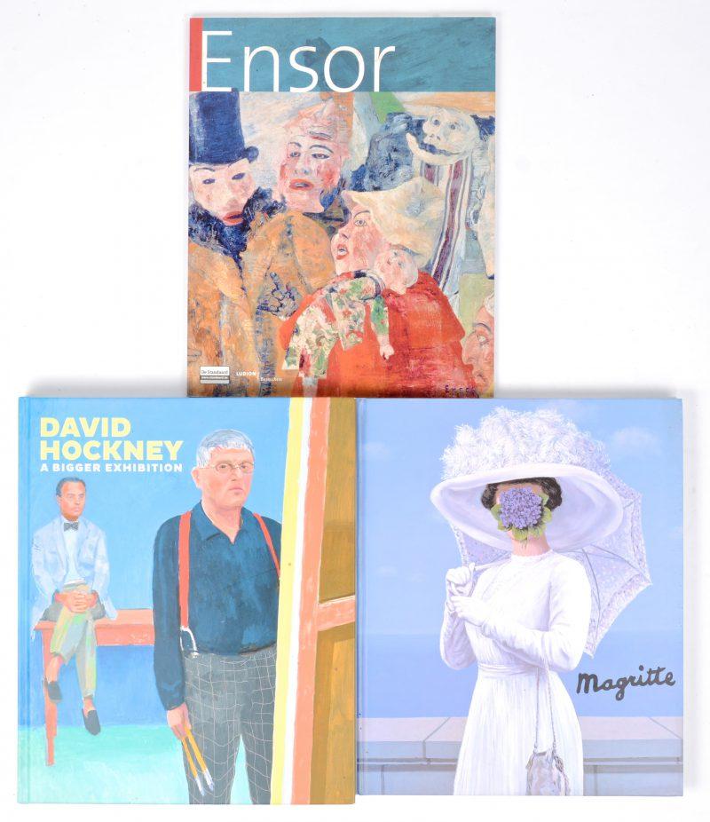 "Drie kunstboeken:- Casino Knokke. ""Magritte"". Ed. Marot-Tijdsbeeld 2001. Hardcover in-folio. Zeer goede staat.- Xavier Tricot, Ludion/Beaux Arts. ""Ensor"". Ed. De Standaard 2006. Softcover in-folio. Zeer goede staat.- Gregory Evans curator. ""David Hockney, a bigger picture"". Fine Art Museums of San Francisco. Ed. DelMonico Books & Prestel 2013. Hardcover in-folio. Zeer goede staat."