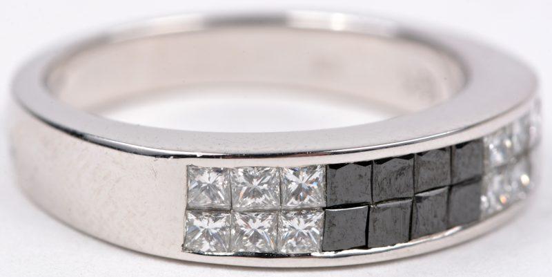 Een 18 karaats wit gouden ring bezet met briljanten met een gezamenlijk gewicht van ± 0,84 ct.