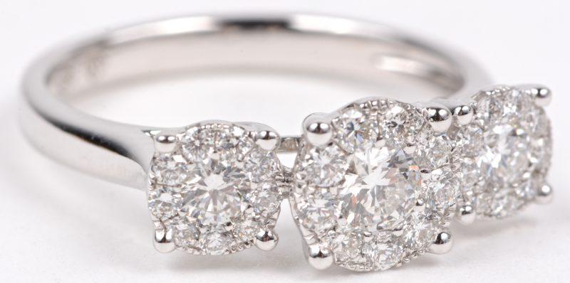 Een 18 karaats wit gouden ring bezet met briljanten met een gezamenlijk gewicht van ± 1,04 ct.