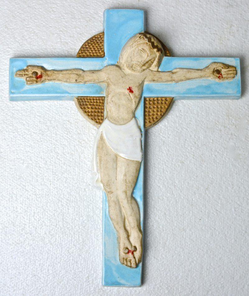 Een Christus aan het kruis van Belgisch steengoed. Gemerkt achteraan