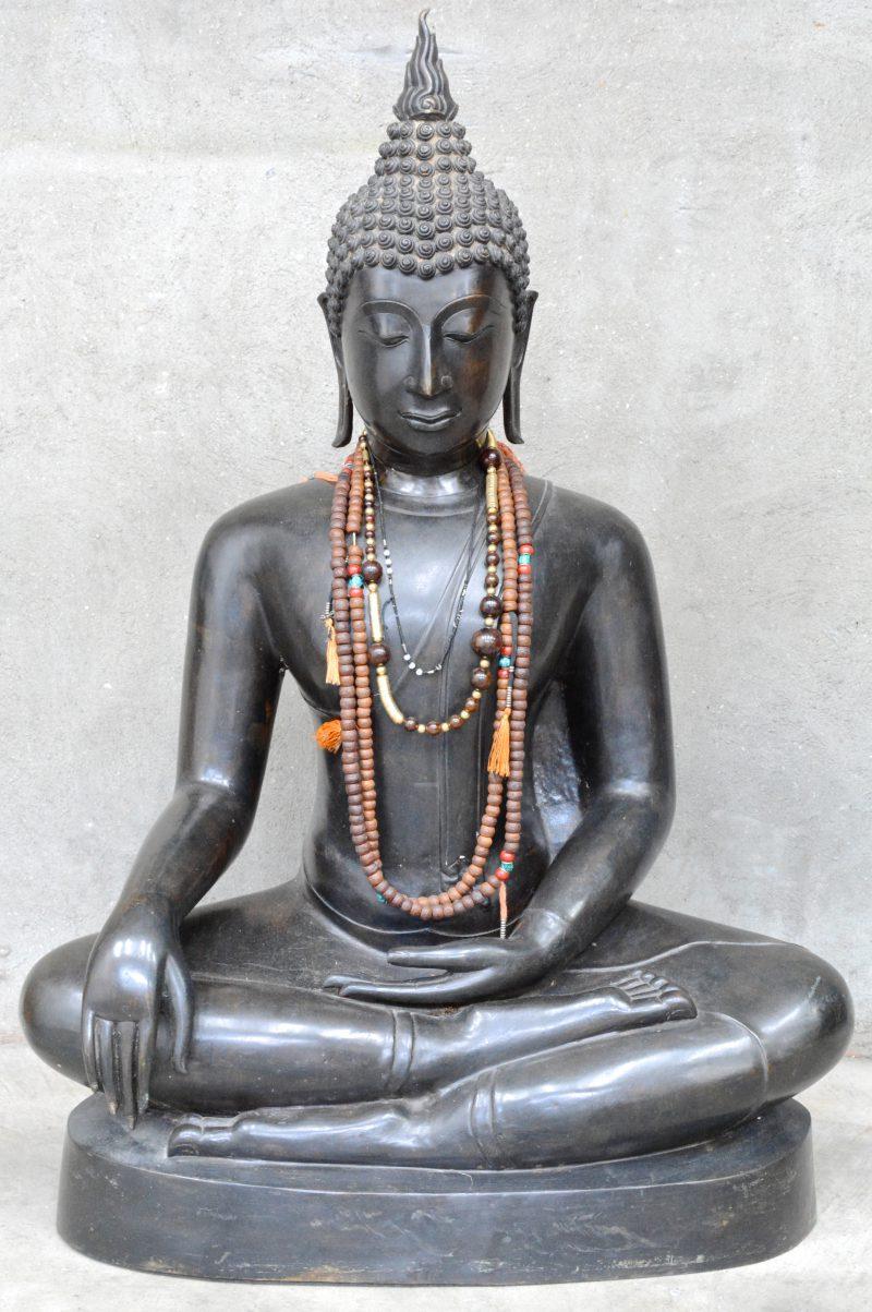 Een recent bronzen Boeddhabeeld in Thaise stijl.