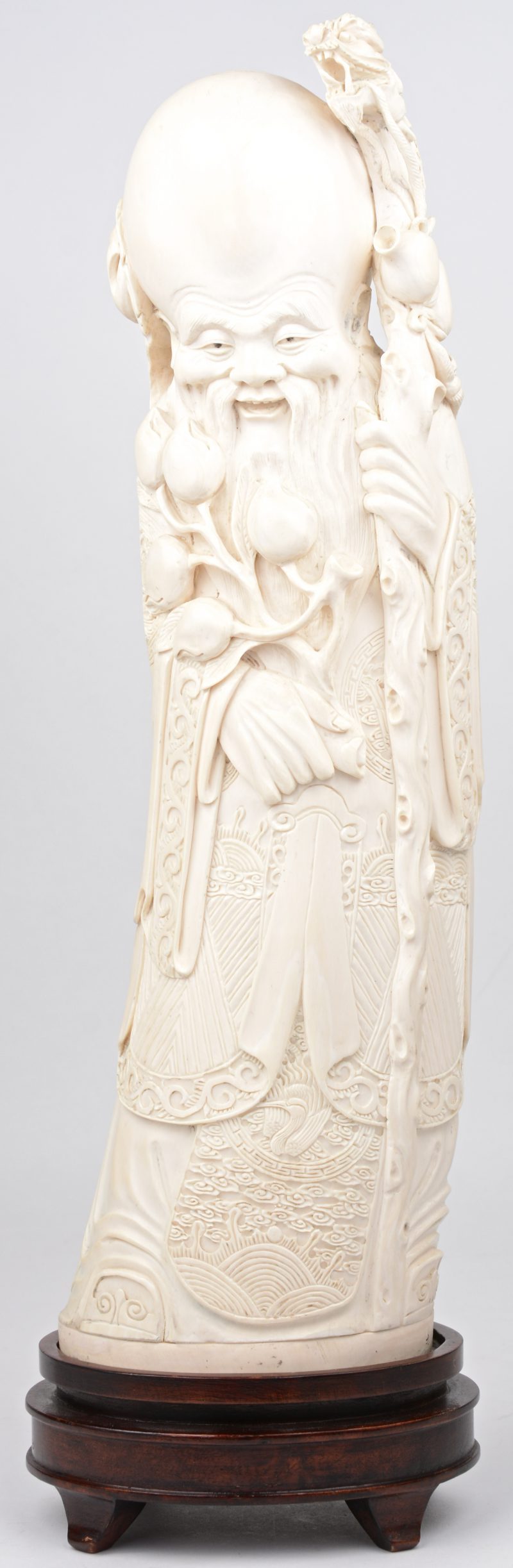 """""""Oude wijze met staf en lotustak"""". Een beeld van fijn gesculpteerd ivoor. Chinees werk. Onderaan gemerkt."""