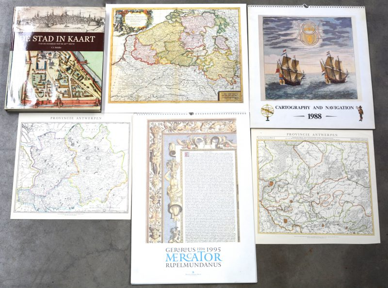 """Een lot kalenders met reproducties van oude kaarten. Bijgevoegd een boek """"De stad in kaart van de oudheid tot de 20e eeuw."""" C.J. Schüler. Ed. Place de Victoires. Parijs, 2011."""
