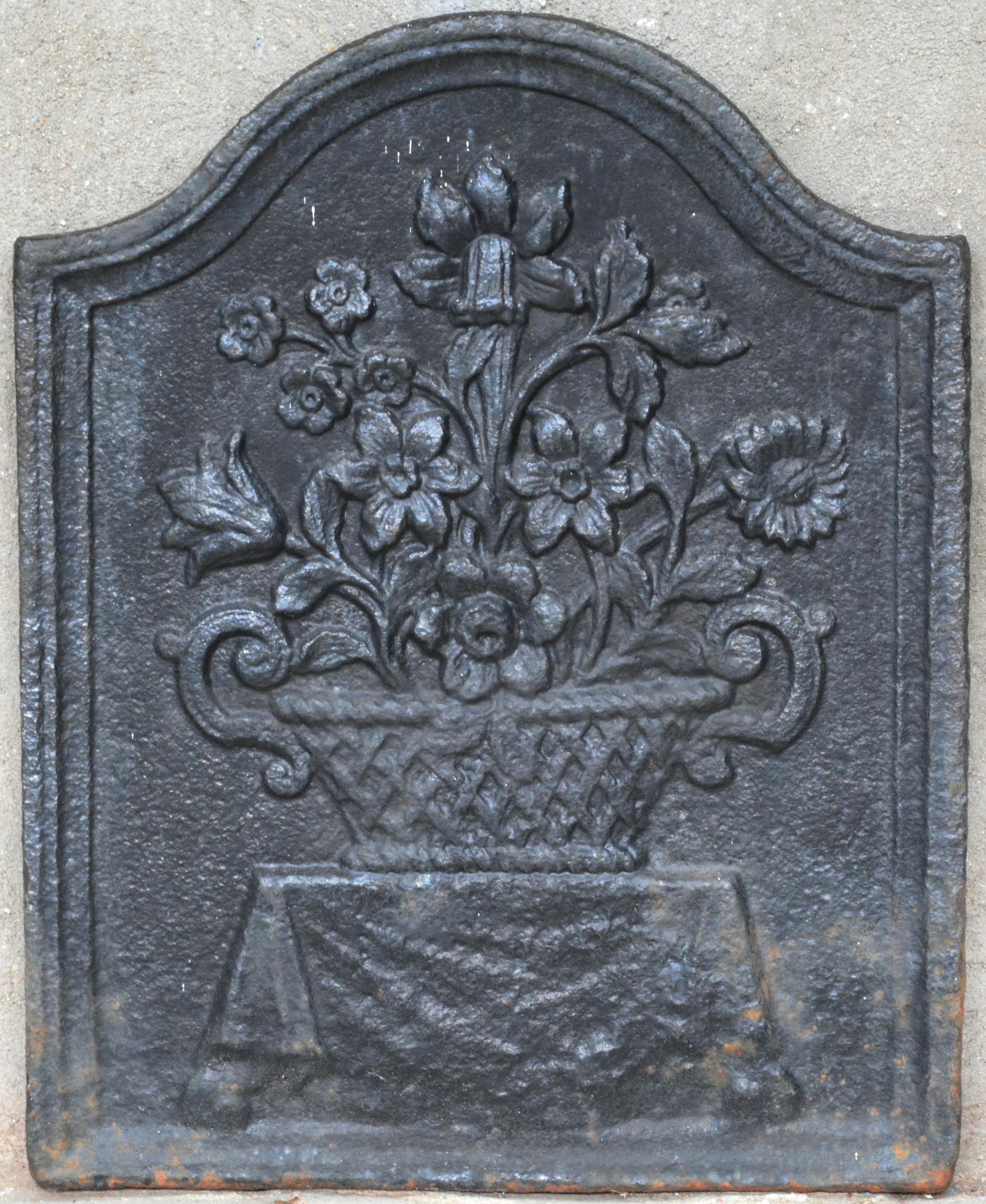 Antieke Gietijzeren Haardplaat.Een Antieke Gietijzeren Haardplaat Met Een Bloemenmand In