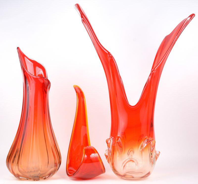 Twee vazen en een schaal van rood-oranje Muranoglas.