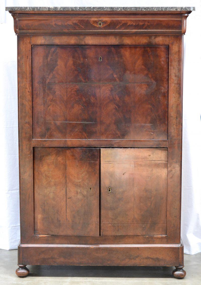 Louis Phillipe mahoniehouten secretaire met  zwart marmeren blad. Met een lade en twee deuren.