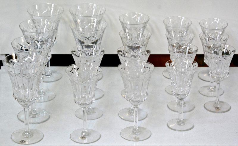 Een lot van 19 glazen van geslepen kristal. Model Poitiers 99. In series van 6 glazen. We voegen er nog één andere aan toe.
