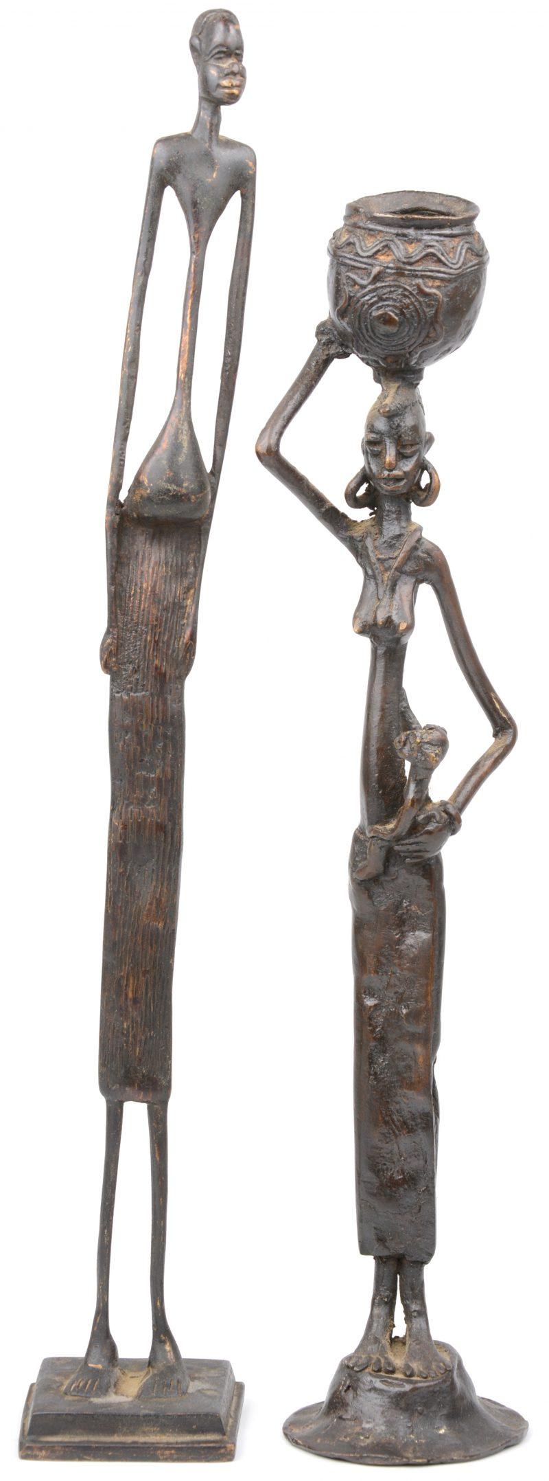 """""""Mannenfiguur"""" & """"Vrouw met kind en kruik"""". Twee langerekte bronzen beeldjes. Afrikaans werk"""
