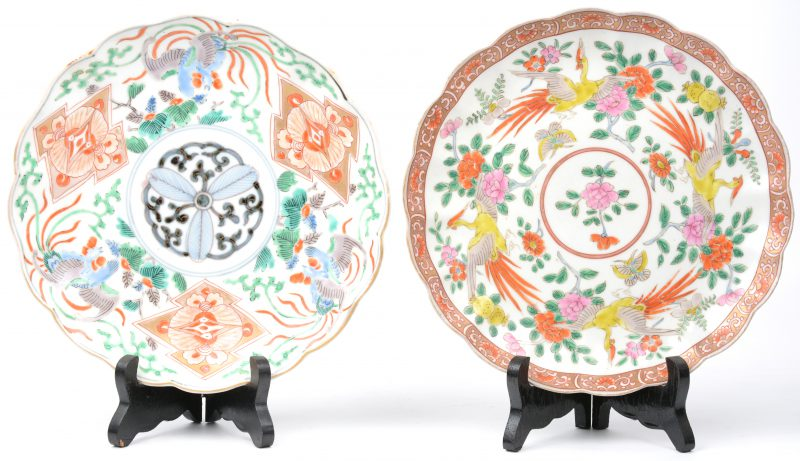 Een paar gelobde borden van Japans porselein met meerkleurige decors van paradijsvogels en bloemen.