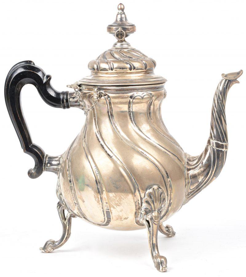 Zilveren koffiekan versierd met getorste ribben en op drie klauwpootjes. Gemerkt 900‰. 1078 g (inclusief houten handvat).