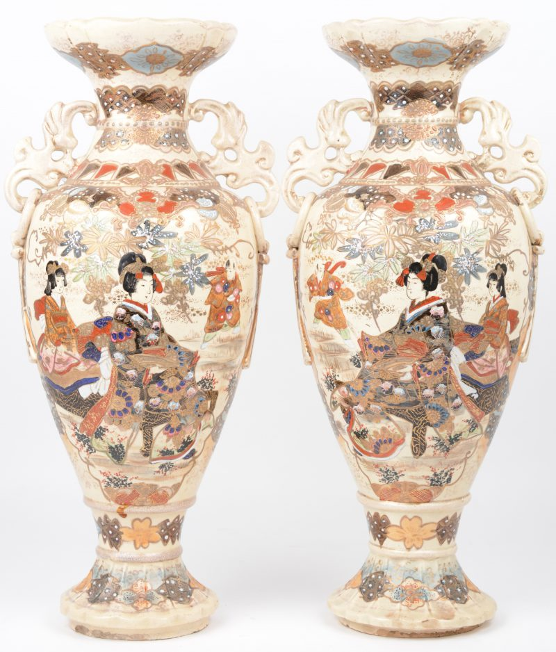 Een paar vazen van Japans aardewerk met een meerkleuriog decor van Geisha's in een tuin.