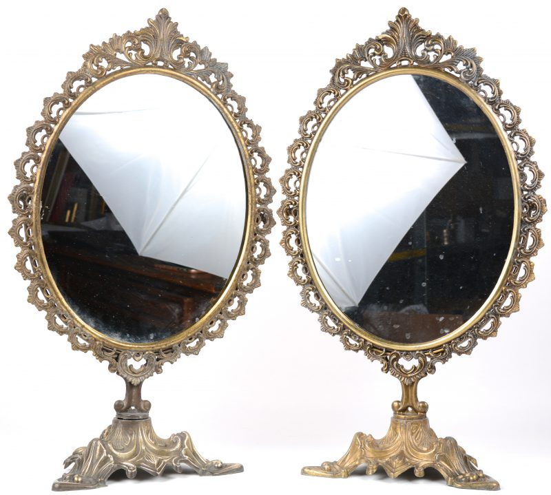 Een paar messingen spiegels met ar nouveau voet.