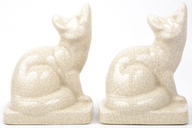 Twee vosjes van crackleware. Onderaan gemerkt.