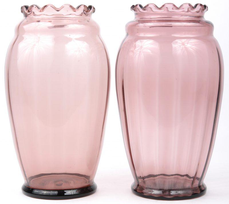 Een paar vazen van paars glas.