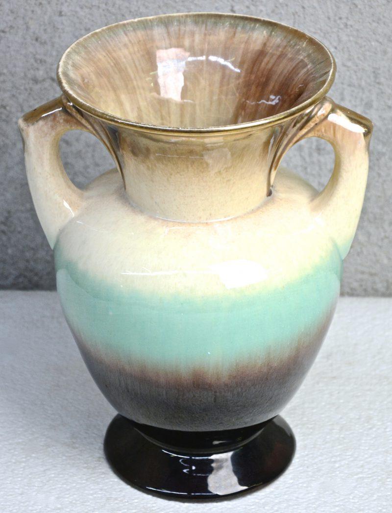 een vaasje van meerkleurig geglazuurd Belgisch aardewerk.